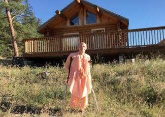 Bhakti Raghava Swami in front of Temple Cabin
